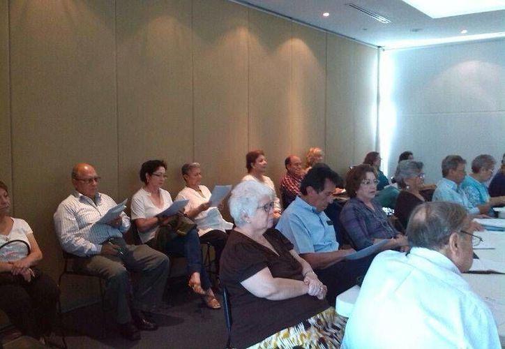 Abuelos participantes en el taller 'Abuelos eficaces', en la Universidad Marista, en días pasados. Ahora el curso se repite en Infolaicos Mérida, los días 17 y 18 de febrero. (Cortesía)