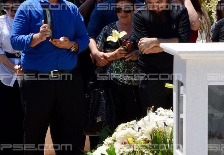 En marzo pasado Emma Gabriela Molina fue asesinada. El crimen sacudió a  la sociedad yucateca por la saña y los antecedentes de violencia intrafamiliar. En imagen de archivo, el funeral de Emma. (Milenio Novedades)