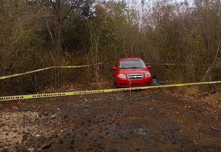 Junto a este auto Aveo fue hallado el cuerpo de un turista europeo. (Milenio Novedades)