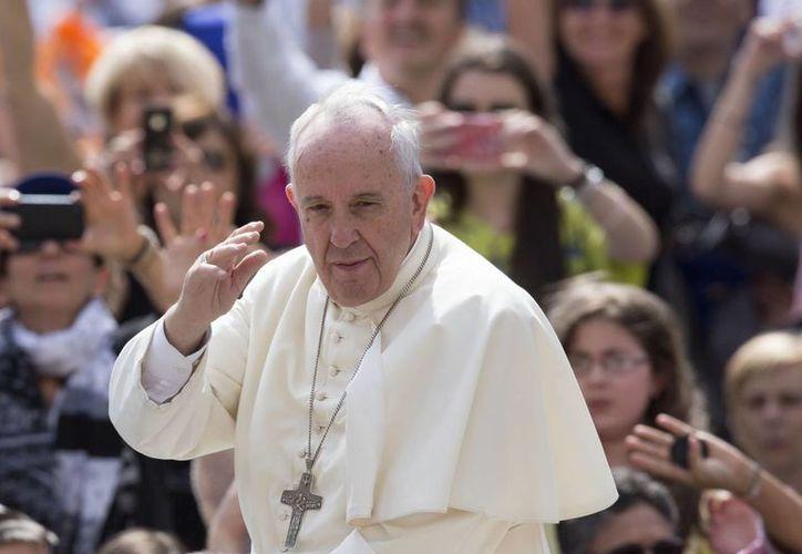 El Papa Francisco, quien viajará próximamente a Sudamérica, saluda a los fieles a su llegada a la Plaza de San Pedro, en el Vaticano, para su audiencia general semanal. (Agencias)