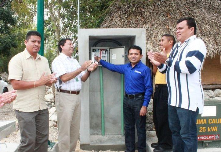 El presidente municipal, Hugo Sánchez Montalvo, se encargó de recibir la obra de electrificación. (Lanrry Parra/SIPSE)