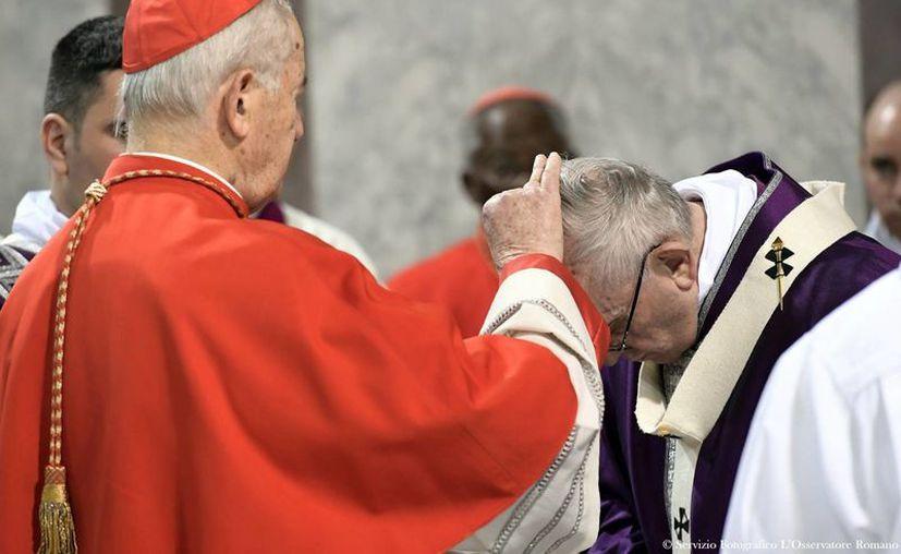El cardenal Jozef Tomko al momento de poner las cenizas en la frente del Papa Francisco, en la Basílica de Santa Sabina, en Roma, este miércoles. (L'Osservatore Romano/Pool Photo via AP)