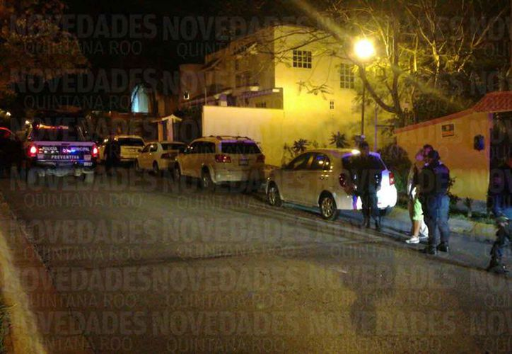 Un sujeto resultó herido de bala en la Supermanzana 15 de Cancún, esta noche. (Eric Galindo/SIPSE)