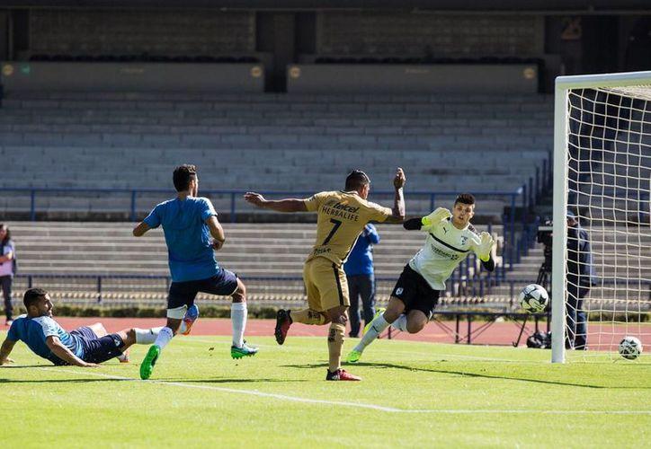 Pumas y Querétaro iniciaron el duelo con titulares y en la segunda mitad ingresaron los suplentes.En la foto, Cortés anota el único gol de la UNAM. (Foto tomada de Facebook/Pumas MX)