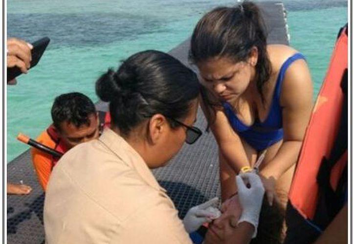 Dos mujeres fueron rescatadas por elementos de la Marina, luego de caer de una embarcación. (Foto: Redacción/SIPSE)