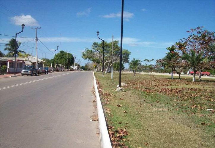 """En esta avenida, ubicada frente al parque """"de la Aviación"""", dicen que han visto a un fantasma caminando. (Jorge Moreno/SIPSE)"""