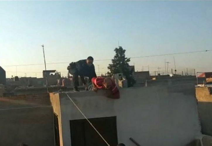 El hombre amenazaba con aventarse si se acercaban los policías.  (Reportero Gráfico Aguascalientes)