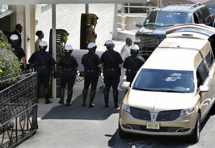 La carroza fúnebre con los restos de Bobbi Kristina Brown salió el lunes de una funeraria en Newark seguida por dos camionetas deportivas hacia un cementerio en Westfield, Nueva Jersey. (Foto: AP)