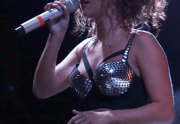 Los asistentes bailaron corearon, bailaron, aplaudieron y fotografiaron a la cantante. (Israel Leal/SIPSE)
