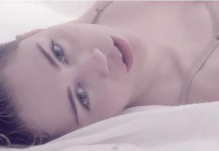 Adore you es una balada íntima y personal que va acompañada de sugerentes movimientos bajo las sábanas. (YouTube)
