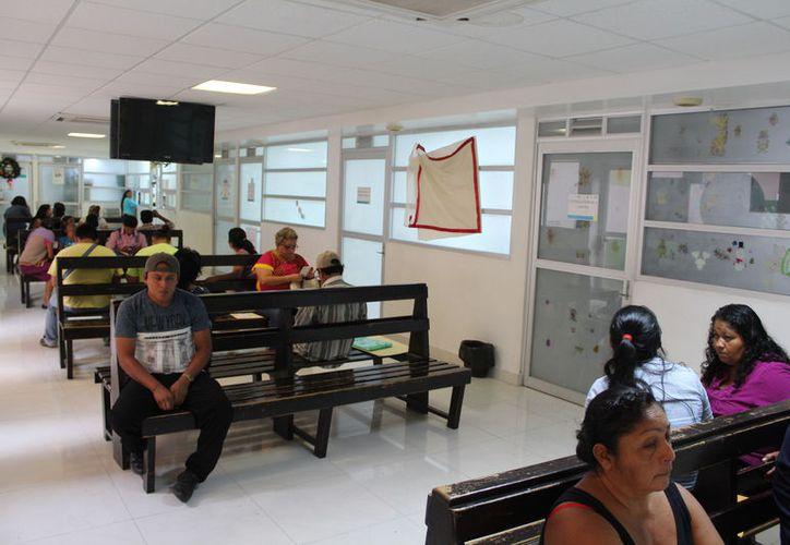 En los centros de salud brinda orientación sobre el uso correcto de preservativos. (Joel Zamora/SIPSE)