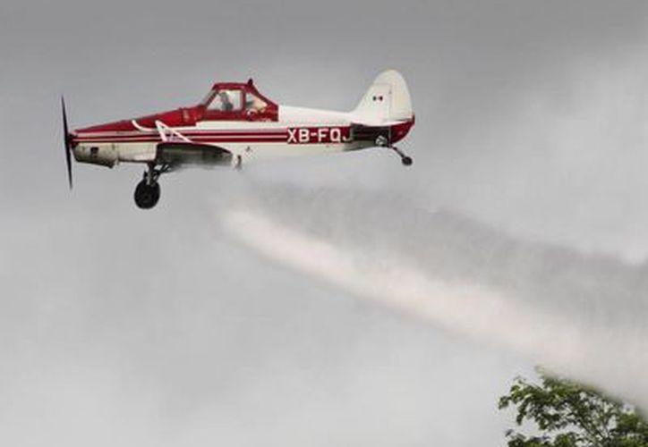 Es la primera vez que la Secretaría de Salud determina implementar la estrategia de nebulización por aire contra vectores. (Harold Alcocer/SIPSE)