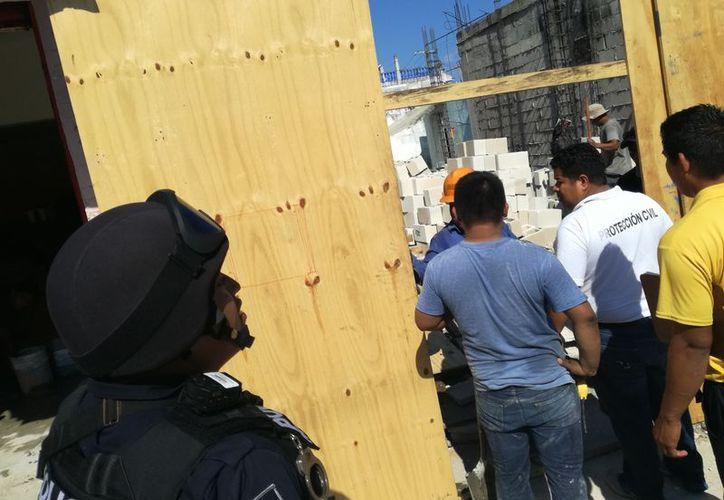Al sitio arribó personal de Protección Civil quienes colocaron al menos seis sellos de suspensión. (Foto: Redacción)