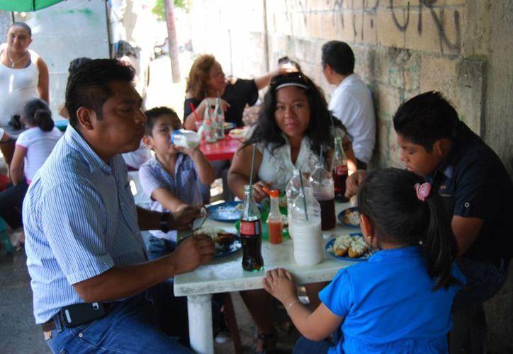 """Algunas familias acudieron al tianguis de la """"Ruta siete"""" a comer antojitos de la región. (Tomás Álvarez/SIPSE)"""