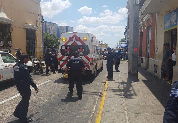 Un niño fue atropellado por una camioneta, a una cuadra del parque de San Juan en Mérida. Fue llevado en ambulancia a un hospital, y se desconoce su estado de salud. (Cristian Cuxín/SIPSE)