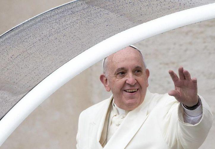 El Papa Francisco recordó que Cristo indicó al amar a Dios como el más grande de los mandamientos pero aclaró que el segundo principio fundamental es amar al prójimo 'como a uno mismo'. (EFE/Archivo)