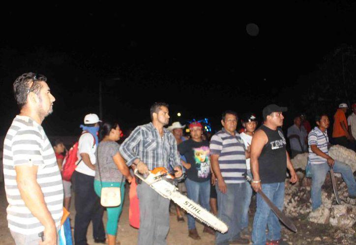 En la riña salieron a relucir machetes, piedras y una moto sierra para amenazarse entre ambos grupos. (Jesús Caamal/SIPSE)