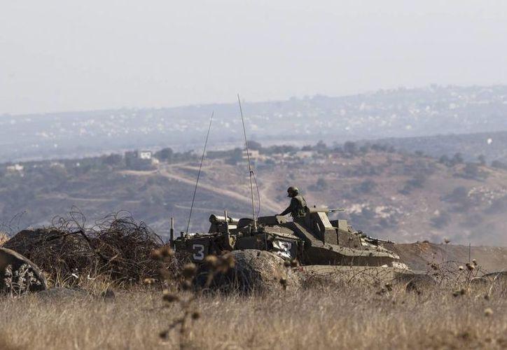 Un soldado israelí en un tanque cerca de la frontera Israelí-Siria, en las proximidades de la ciudad siria de Ma'rbah, al sur de los Altos del Golán, donde hay un intercambio de ataques entre el Ejército israelí y los combatientes del Estado islámico. (EFE)
