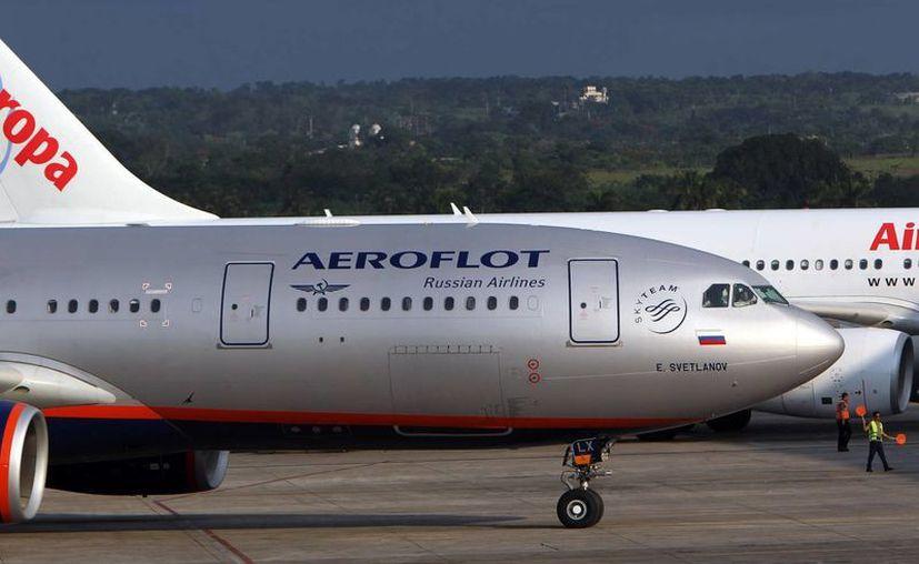 El avión de Aeroflot procedente de Moscú, en el que se creía que viajaba Snowden, aterriza en el aeropuerto José Martí de la Habana. (EFE)