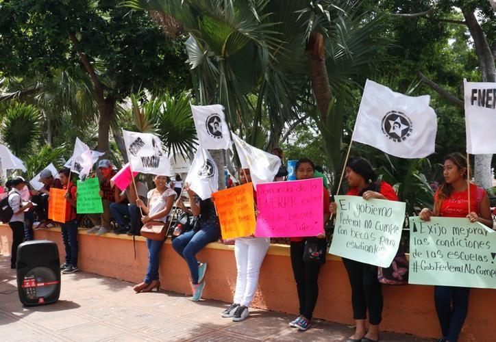 """El pasado 23 de mayo afiliados a la Fnerrr protestaron frente al Palacio de Gobierno para pedir más becas """"Benito Juárez"""". (José Acosta)"""
