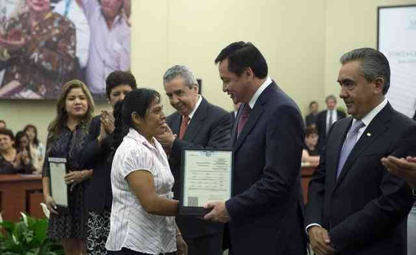 El secretario de Gobernación, Miguel Ángel Osorio Chong, entregó las primeras actas de nacimiento con el Formato Único, el jkueves 12 de mayo de 2016. (Fotowww.gob.mx)