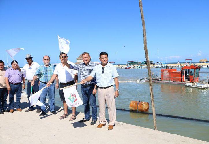 Las autoridades dieron el banderazo del inicio de las obras. (Raúl Balam/SIPSE)