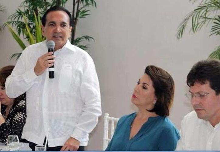 José López Campos, del CCE, durante una reunión con Lorena Martínez, directora nacional de la Profeco. (Milenio Novedades)