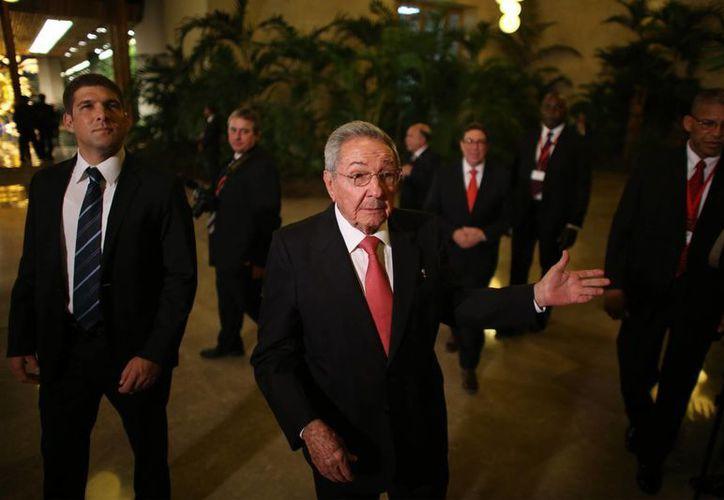 El presidente de Cuba, Raúl Castro, al llegar a la cena de bienvenida para los jefes de Estado y de Gobierno que asisten a una cumbre del Caribe en La Habana. (Agencias)