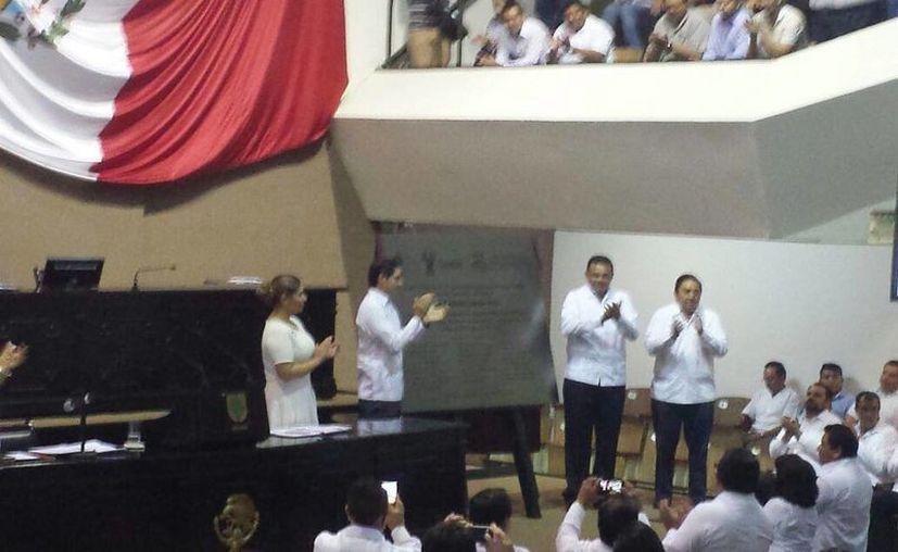 Imagen de la develación de la placa conmemorativa de la clausura de la última sesión del Congreso Estatal. (Candelario Robles/SIPSE)