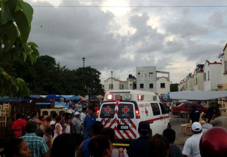Paramédicos de la Cruz Roja trasladaron a una menor de edad al Hospital General por lesión con arma de fuego. (Redacción/SIPSE)