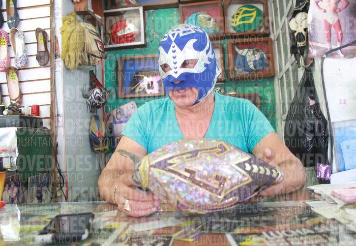 """""""Leyenda Azteca"""" es un luchador que se dedica a producir máscaras. (Sergio Orozco/SIPSE)"""