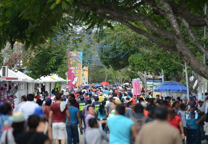 De acuerdo con la Policía Municipal, durante los días que funcionó Plaza Carnaval Mérida 2015 asistieron en total 900 mil personas. (Luis Pérez/SIPSE)