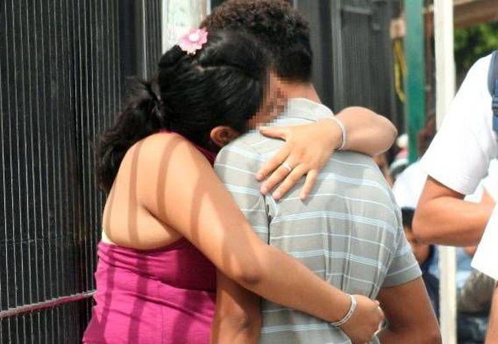 Los jóvenes no siempre toman las medidas preventivas necesarias, esto deriva en un incremento de jóvenes embarazadas. Imagen de contexto de una joven pareja en el centro de Mérida. (Archivo/SIPSE)