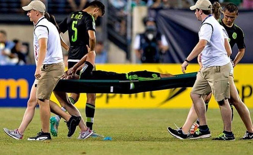 Una lesión de menisco sufrida contra Costa Rica dejará fuera a Yasser Corona de Copa Oro.En la foto Yasser Corona es sacado en camilla tras sufrir la lesión.(AP)
