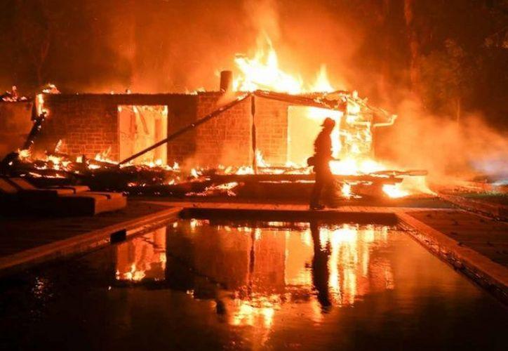 El fuego 'Woolsey' se dirige hacia Malibú. (Excélsior)