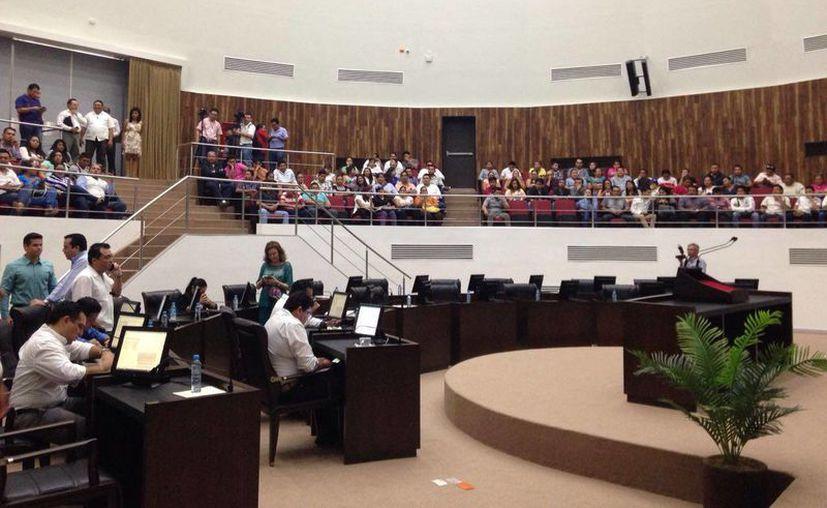 El pleno del Congreso del Estado de Yucatán aprobó las reformas a la Ley de Transporte público que condiciona la operación de los servicios de Uber. (Israel Cárdenas/SIPSE)