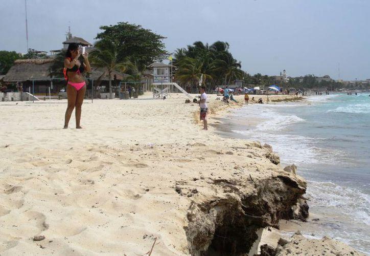 Los arenales de Playa del Carmen fueron erosionados con las recientes suradas. (Adrián Barreto/SIPSE)