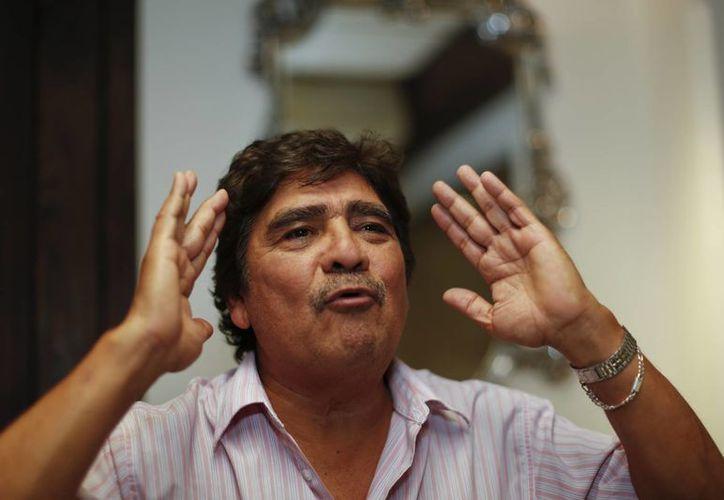 Uno de los recuerdos más preciados de Celso Piña es un viejo libro autografiado por García Márquez. (AP)