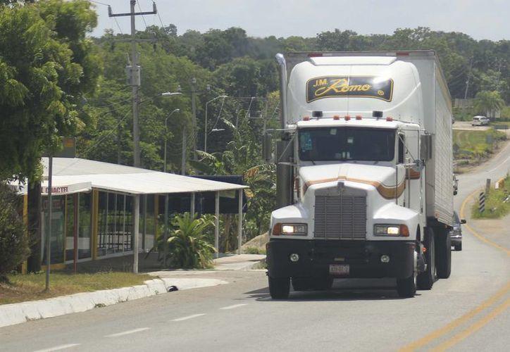 Los vehículos de carga pesada serán verificados en las carreteras del Sur de Quintana Roo. (Harold Alcocer/SIPSE)