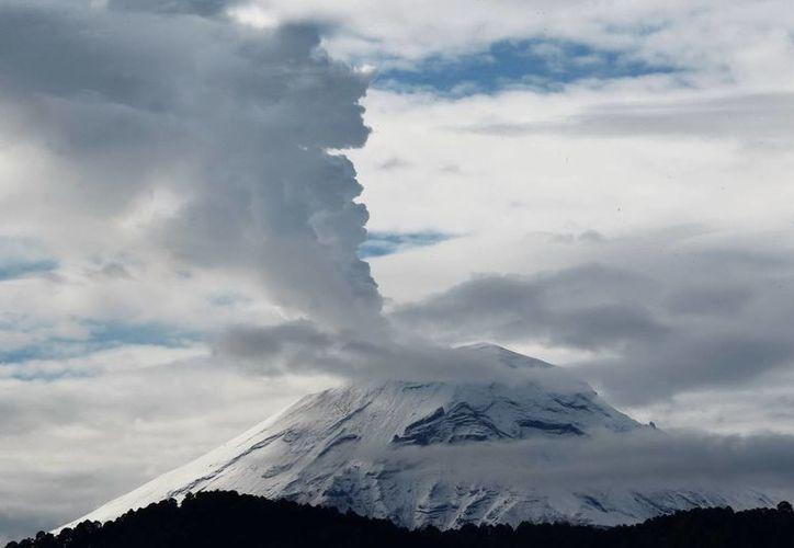 La gran cantidad de ceniza expulsada por el 'Popo' hace recordar su última erupción, en 1994. (Notimex)