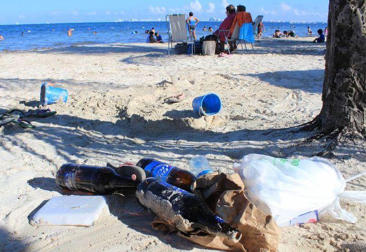 Los bañistas abandonan la basura en los arenales. (Jesús Tijerina/SIPSE)