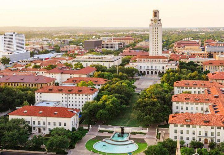 La autorización de portar armas en campus universitarios dividió la opinión de políticos y estudiantes. La imagen corresponde al edificio de la Universidad de Texas en Austin. (utabsolutetexxas.com)