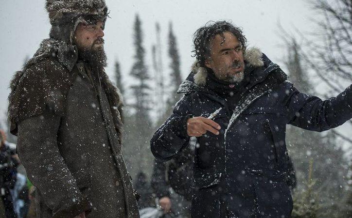 El cineasta mexicano Alejandro González Iñárritu (d) con Leo DiCaprio durante una escena de The Revenant. El director de cine podría obtener la medalla Belisario Domínguez del Senado de México. (remezcla.com)
