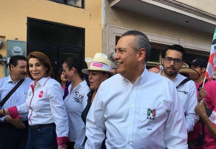 El líder del PRI, (de perfil, en primer plano), asegura que su partido gobierna a la mayoría en México, y que ganaron la mayoría de los Congresos estatales. (Archivo/NTX)