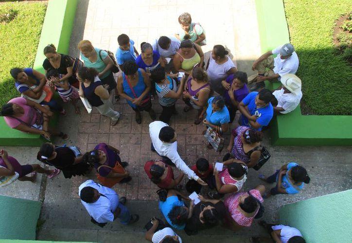Las 30 amas de casa afectadas manifestaron, que su única intención es practicar el comercio para apoyarse en su economía. (Harold Alcocer/SIPSE)