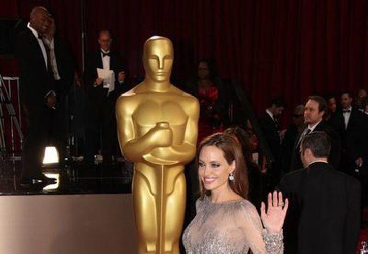 Réplica gigante de un premio Oscar. En primer plano la actriz Angelina Jolie. (Notimex/Foto de archivo)