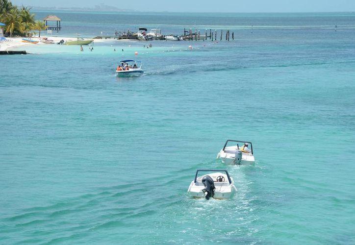 Las embarcaciones que realizan los paseos necesitan contar  con la autorización. (Luis Soto/SIPSE)