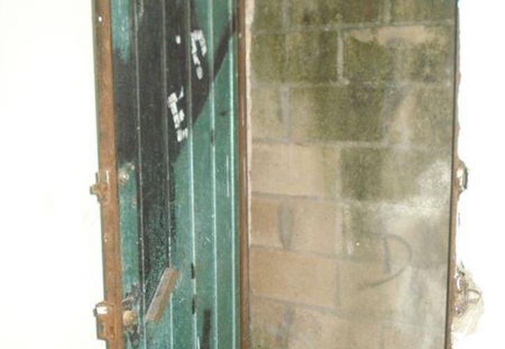 La esposa retornó a la casa ayer y encontró la puerta semiabierta y decidió no entrar. (Eric Galindo/SIPSE)