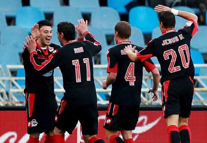 """Luís Miguel Alfonso, """"Pizzi"""" (de frente) celebra con sus compañeros el gol que marcó a la Real Sociedad. (EFE)"""