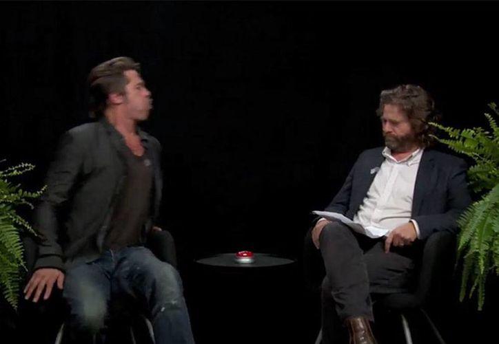 Imagen del momento en que Brad Pitt le escupe el chicle a su entrevistador Zach Galifianakis, en el programa 'Entre 2 helechos'. (excelsior.com.mx)
